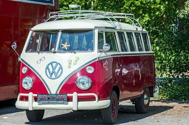 VW T1 Bulli. Der VW Bus wäre das optimale Geschenk für jeden Bullifan. Mit Preisen von 30.000€ - 70.000€ ist er allerdings nicht unbedingt für den durchschnittlichen Weihnachtsbaum geeignet.